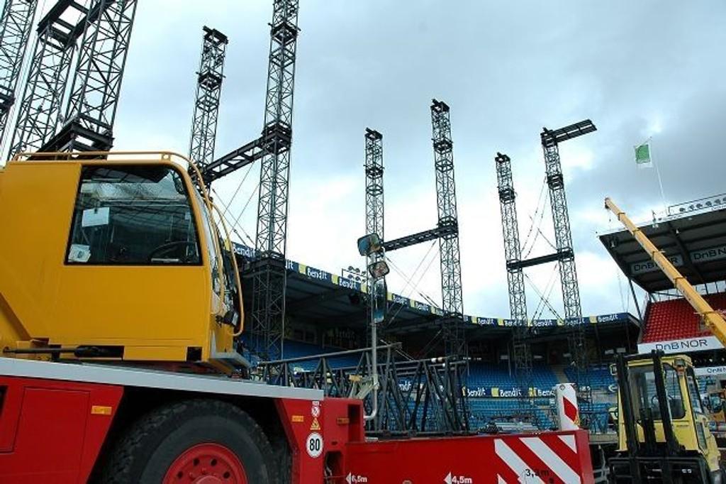 Mye gjenstår: Slik ser det ut på Ullevaal stadion på onsdag. Men alt er i rute lover arrangørene. Scenen som tar form på Ullevaal-matta er spesialdesignet for A–ha.