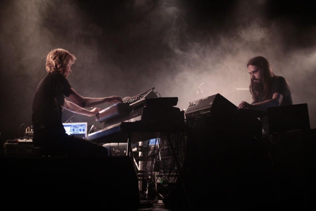 Publikum fikk mørk musikk i mørke omgivelser da Supersilent opptrådte på Parkteateret i går kveld.