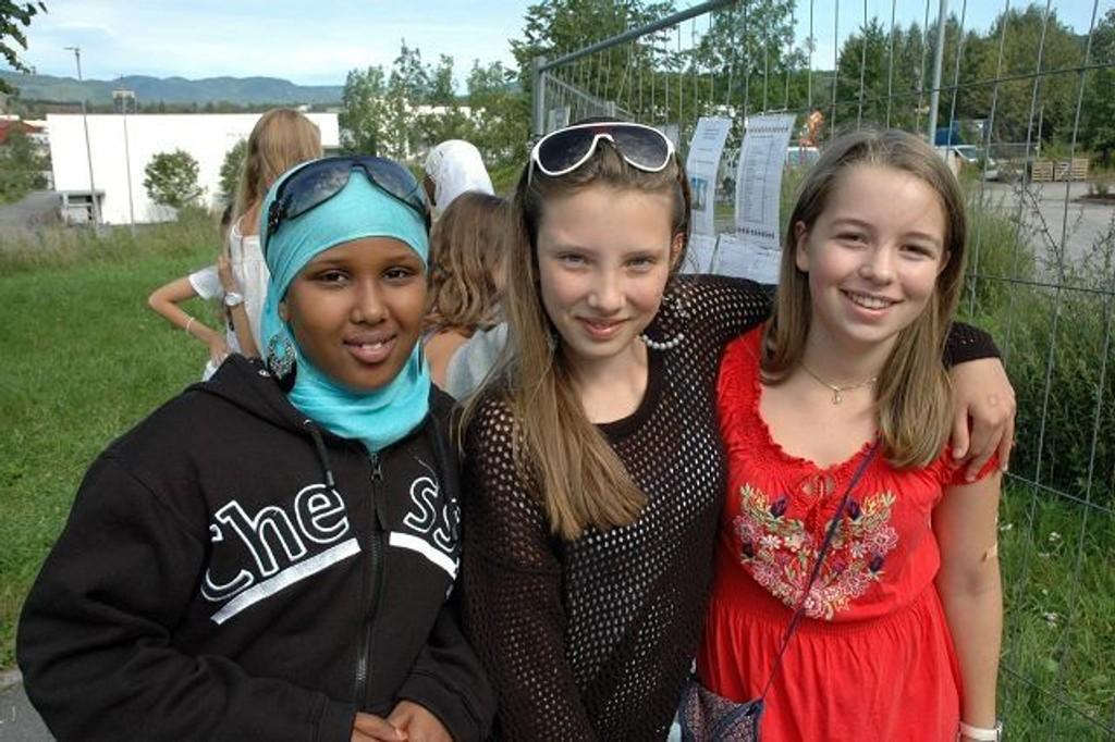 Hodan Ahmed (13), Amanda Gytrup (13) og Ida Kristine Røsten Svedbergh (13) gleder seg til å begynne på ungdomsskolen og få nye venner.