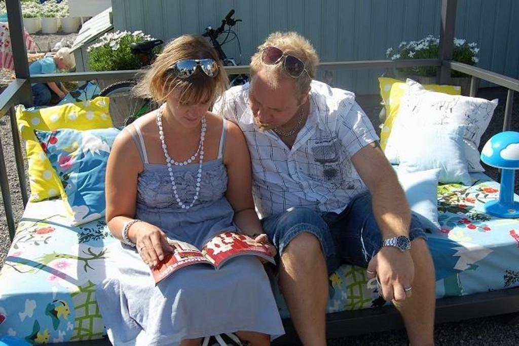 Linda og Magnar blar i IKEA-katalogen. De er på skattejakt!