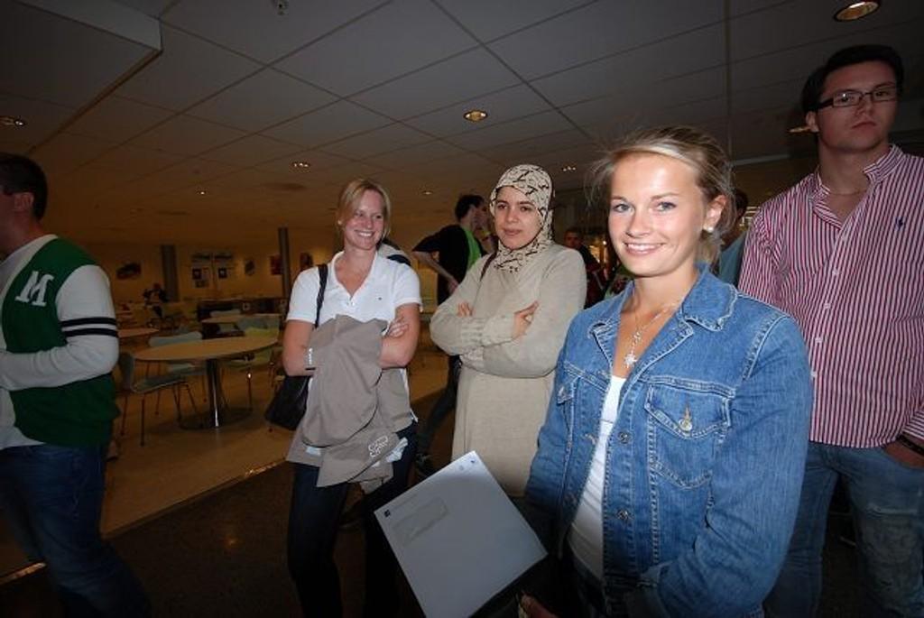 «GRU-GLEDE»: Siri Torgersen, Iman Hadi og Vibeke Beckmann debuterer som studenter på BI denne uken. – Det er litt som å gru-glede seg, sier Vibeke. Foto: Marte Kristiansen