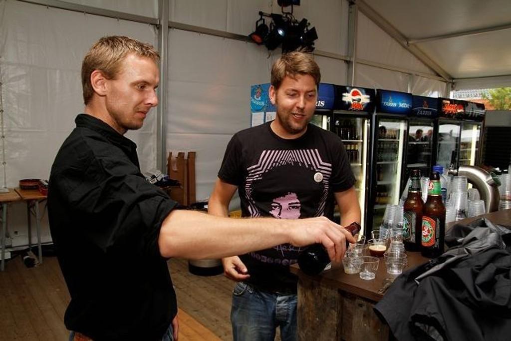 Petter Gudbrand (t.v.) hos Ringnes Ølsenter og medeier i Øl&Mati, Geit Oterhals, prøvesmaker noen godbiter fra Brooklyn Brewery.