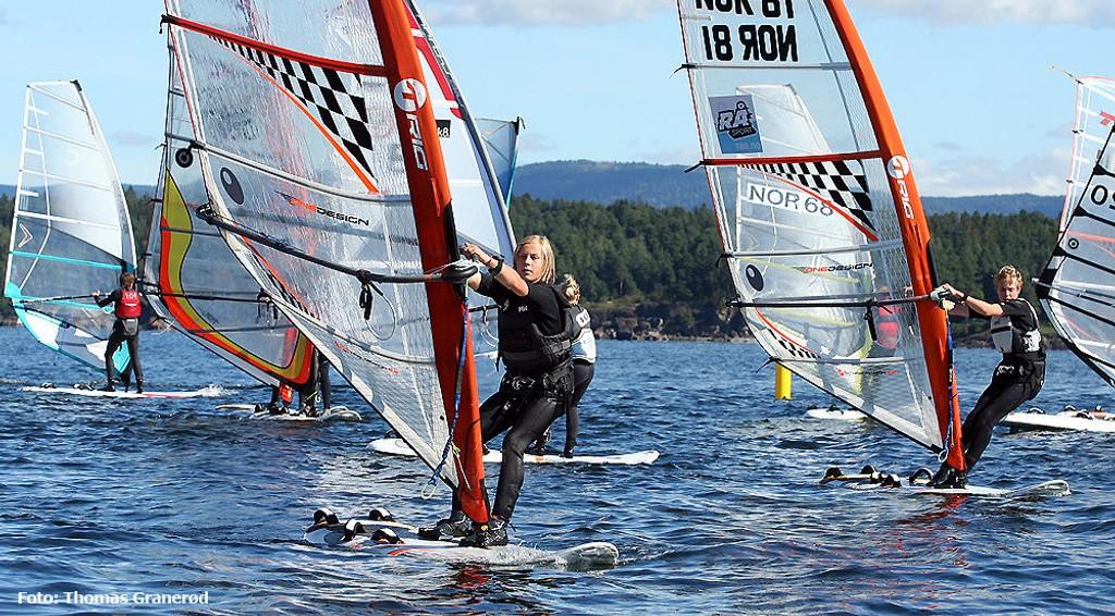 Vi ble vitner til stor idrett da den siste runden av sesongens Norges Cup ble avholdt i Lysakerfjorden sist helg. På bildet ser vi mesteren Fabian Wilkens Solheim i aksjon, sammen med blant andre Peder Vilhelm Aubert (høyre).