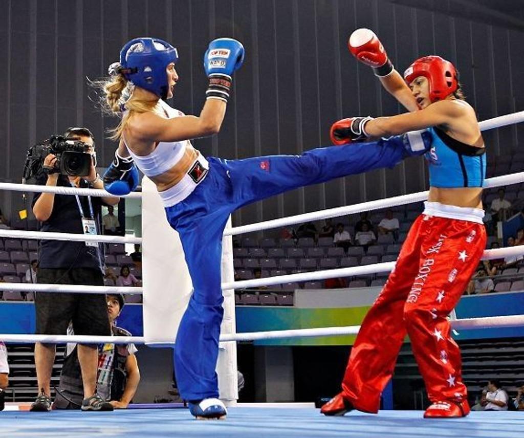 Gull til Thea Therese Næss (blå) i kickboxing under Combat Games i Beijing etter å ha slått Godze Bayergi Arican fra Tyrkia.