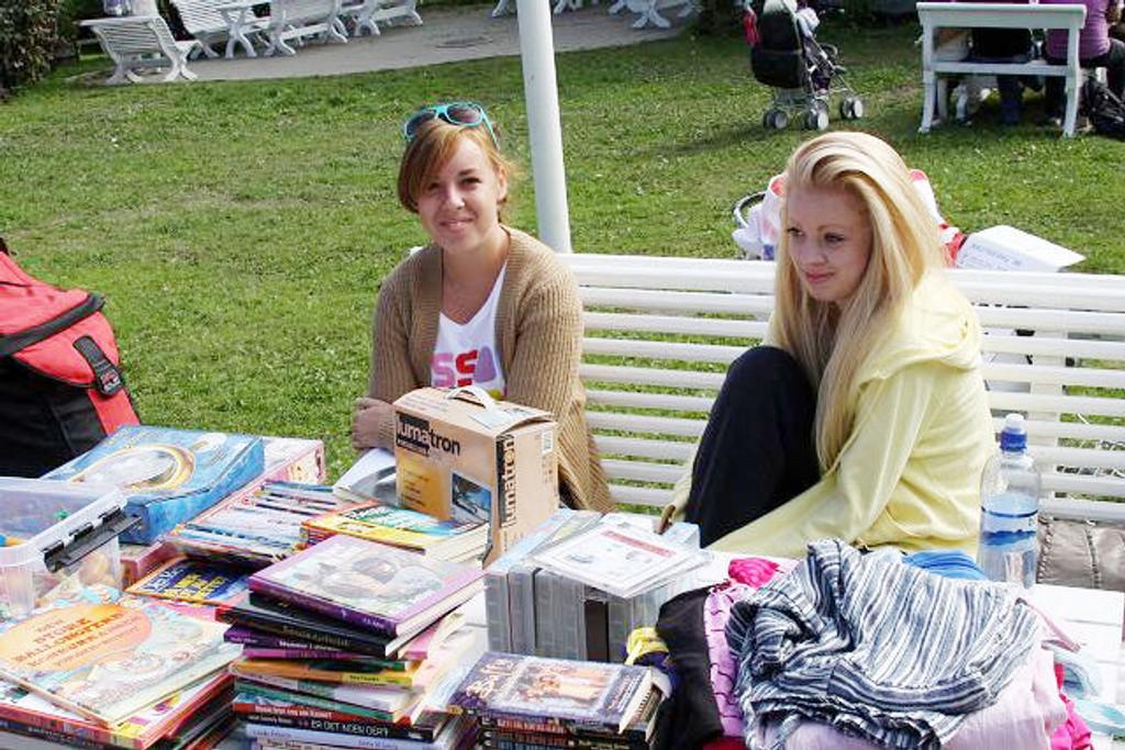 Eva (til høyre) hadde fått med seg søsteren Betsy Carina til bruktmarkedet på Årvoll. KLIKK PÅ BILDET FOR Å SE NESTE BILDE
