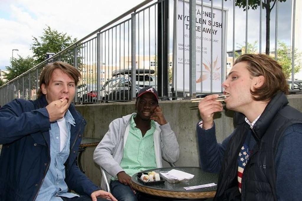 Jan Erik Volle (til venstre) og Sigmund Rederscheid (til høyre) digger maki, favoritten er scampi og avodaco. Emaunel i midten er derimot mer skeptisk tilbåde sushi og maki. foto: Kristin Tufte Haga