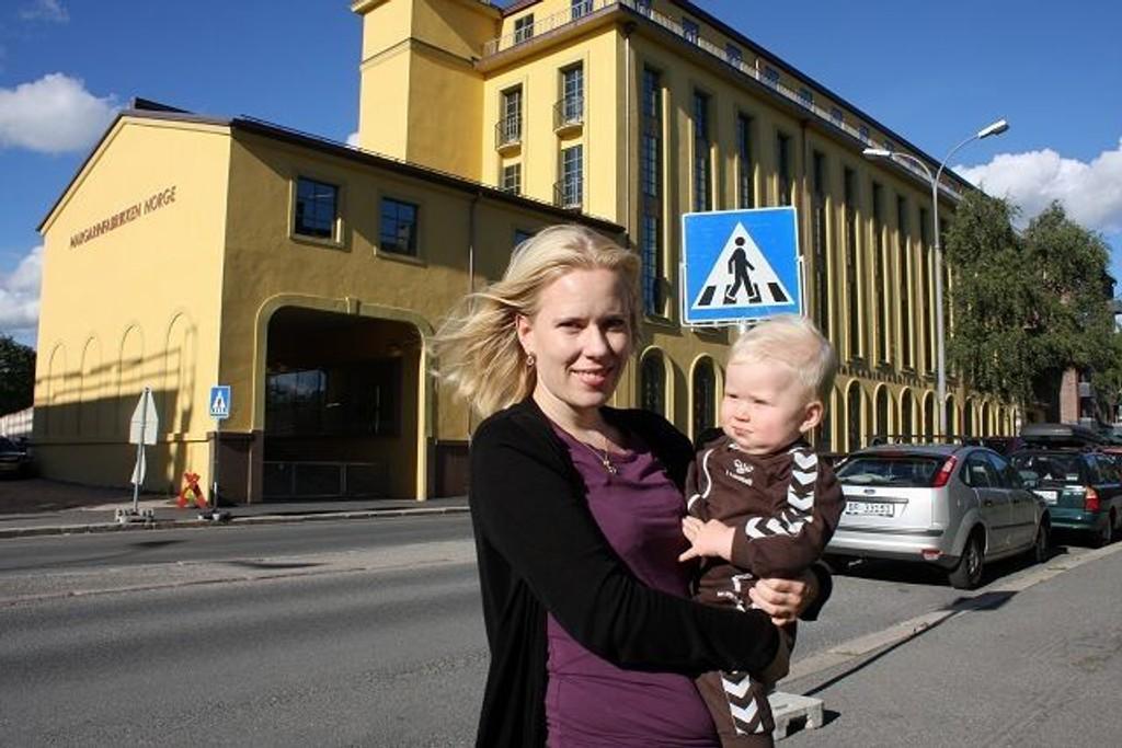 Anita Sundal Skjøstad er bekymret over at det ikke er gjort trafikksikringstiltak utenfor Margarinfabrikken barnehage. – Men på fredag kom det opp skilter. Jeg er optimist når det gjelder å få gjort noe med dette, sier hun. På armen er sønnen Oscar Magnus.