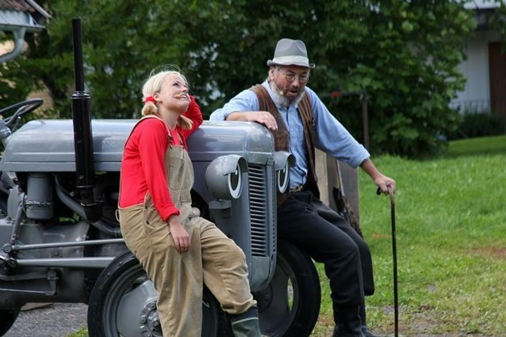 Den vesle traktoren fra Harry Ferguson i England var en stund nesten å finne på alle små gårdsbruk rundt om i Norge. Nå har den blitt børstet støvet av og blitt alleungerseie rundt om i det ganske land. Her med sine to beste venner Grynet og Gamlefar.