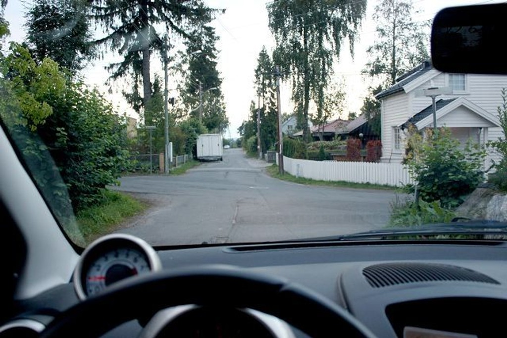 Når man kommer til veikryss i boligområder med mye vegetasjon, bør man ta det meget pent. Her i Vestbrynet/Seterhøyveien på Bekkelaget er oversikten svært dårlig.