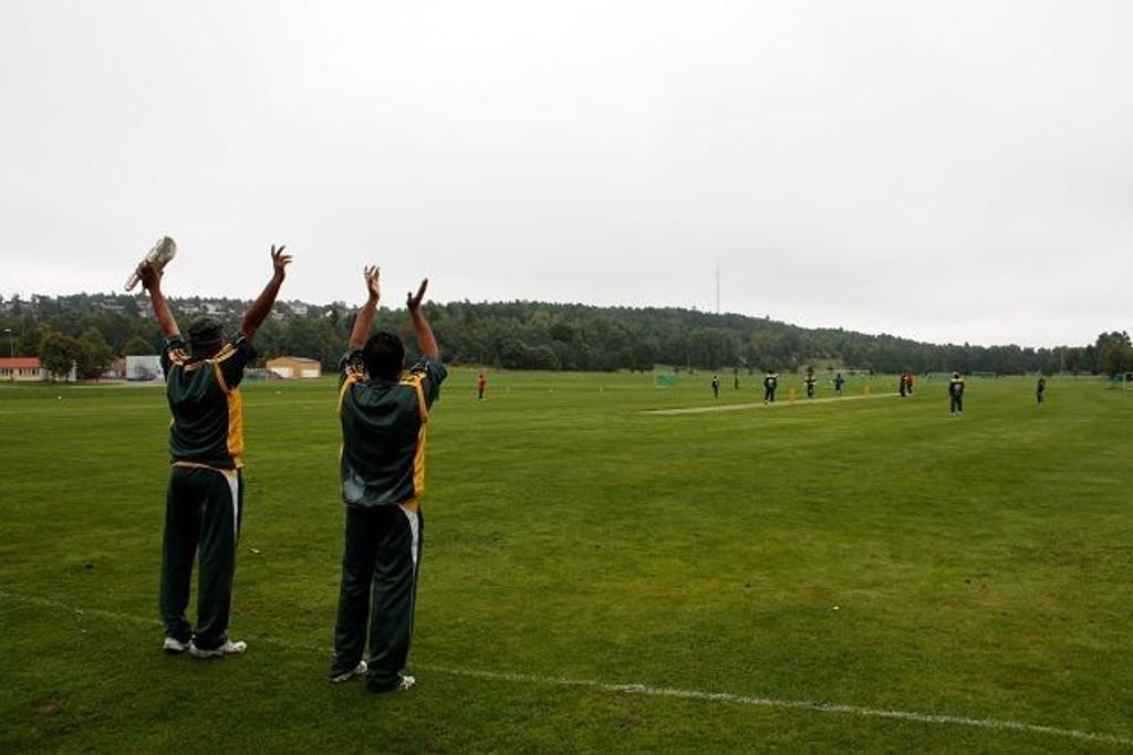 Spillere fra Minhaj cricket club jubler over poeng mot Sinsen cricket club under norgesmesterskapet på Ekeberg lørdag. Nå venter de i spenning på om reguleringsplanen for Ekeberg by- og idrettspark vil gi dem ny bane og klubbhus.