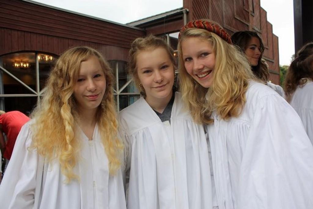 (F.v) Mackenzie Olsen Laun (15), Bridgette Olsen Laun (15) og Louisa Thorbjørnsen (14) ble konfirmert i Nordstrand kirke på lørdag.