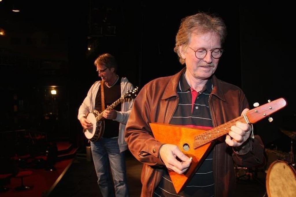 Denne mandolaikaen laget Øystein Sunde på sløyden på barneskolen. I bakgrunnen tester Terje Kinn ut den nye banjoen sin.