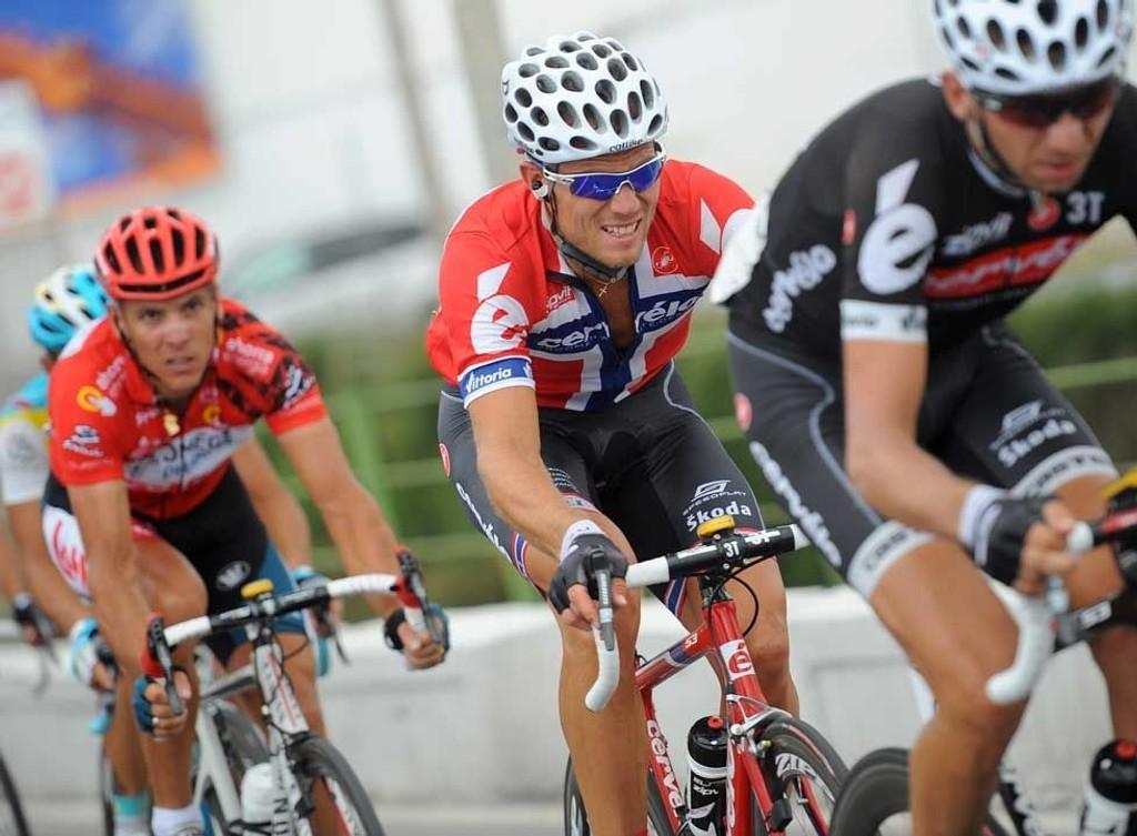 TING PÅ GANG: Xavier Tondo hjelper Thor Hushovd på den 6. etappen mot Murcia. Litt senere fikk Philippe Gilbert (i rødt) bekreftelsen på at nordmannen hadde skumle hensikter.