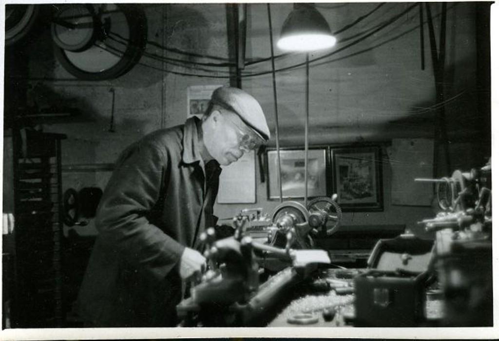 Halvorsen arbeidene i sitt eget verksted som nå kan sees på Teknisk Museum.