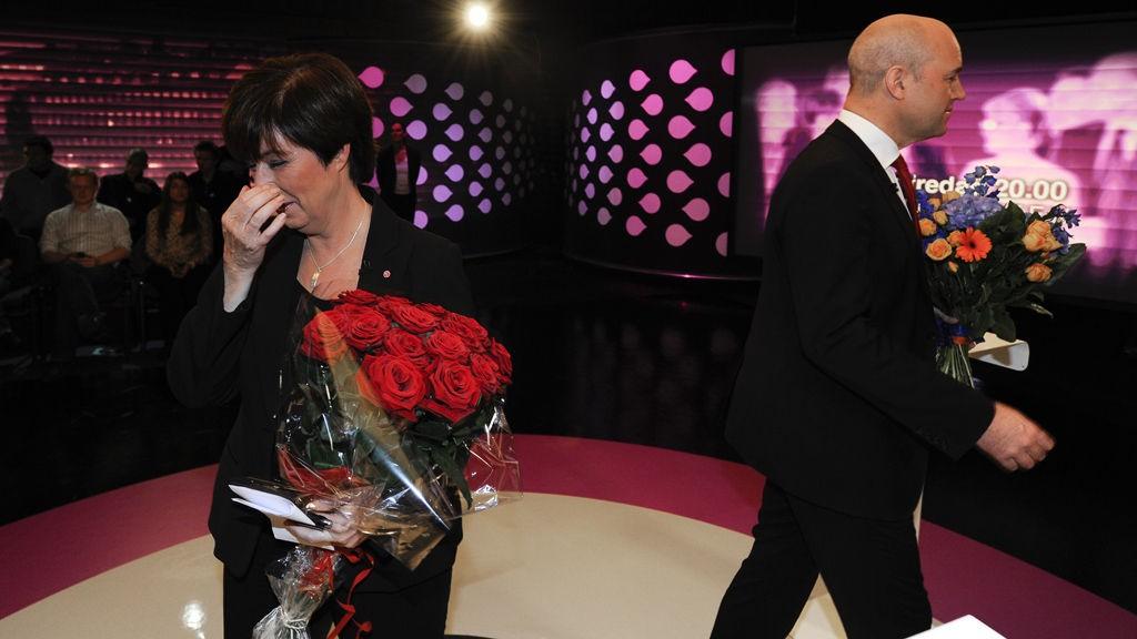 Statsminister Fredrik Reinfeldt fra Moderatarna og Socialdemokraternas leder Mona Sahlin med blomster etter partilederdebatt på svensk TV søndag kveld 12. september. Foto: ANDERS WIKLUND / Scanpix