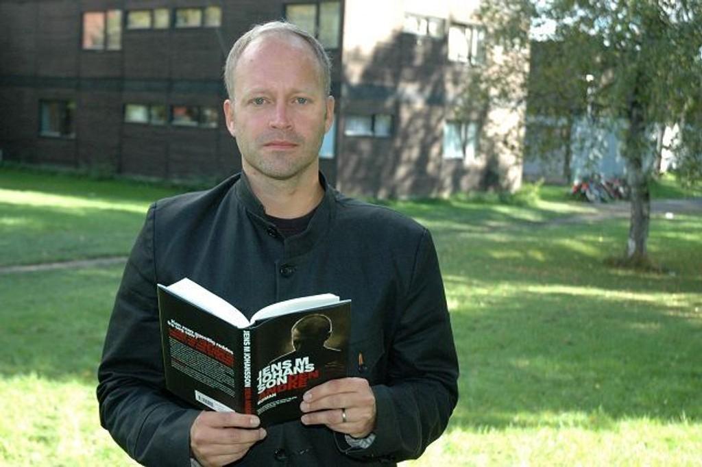Jens M. Johansson ved inspirasjonskilden på Tåsen. Det er her Paul Wilhelmsen slåss. Riktignok bare i Johanssons hode.