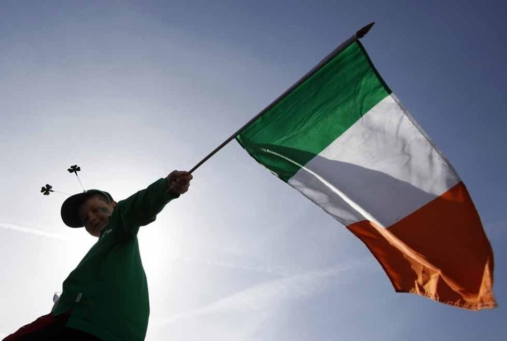 En gutt vaier med det irske flagget under feiringen av St. Patrick's Day i London tirsdag.