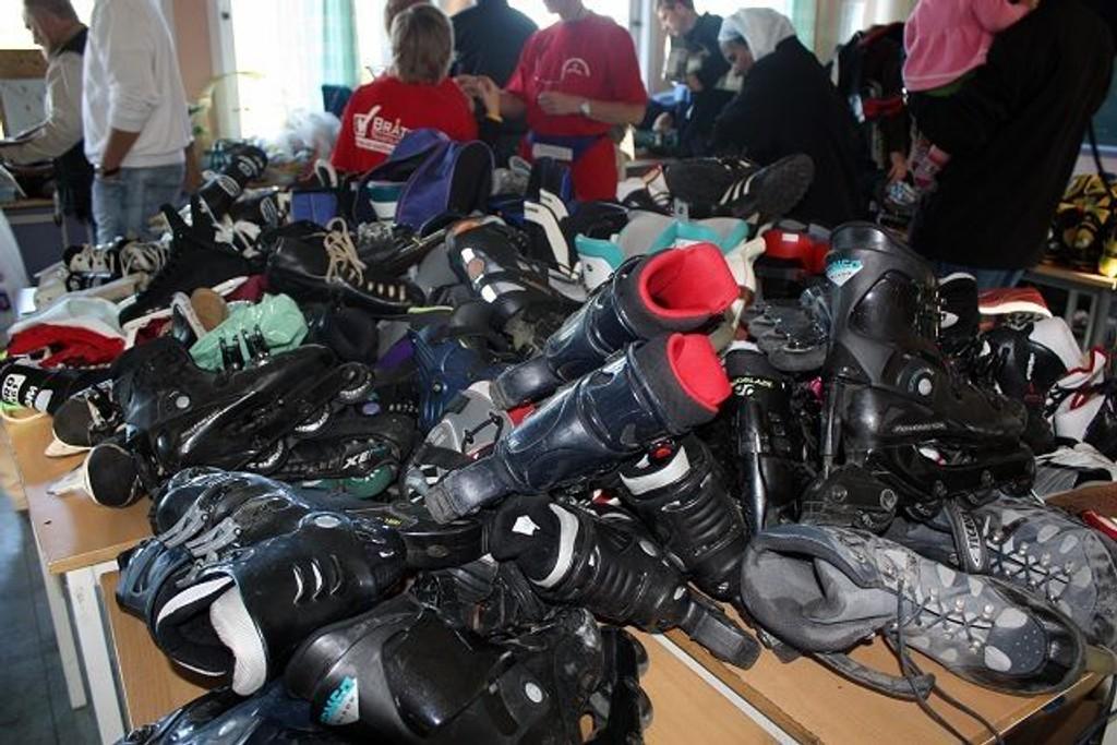 Systematisk: Loppemarkedet får hvert år skryt for å være ryddig og oversiktlig. Her er et bord fullt av slalåmstøvler.