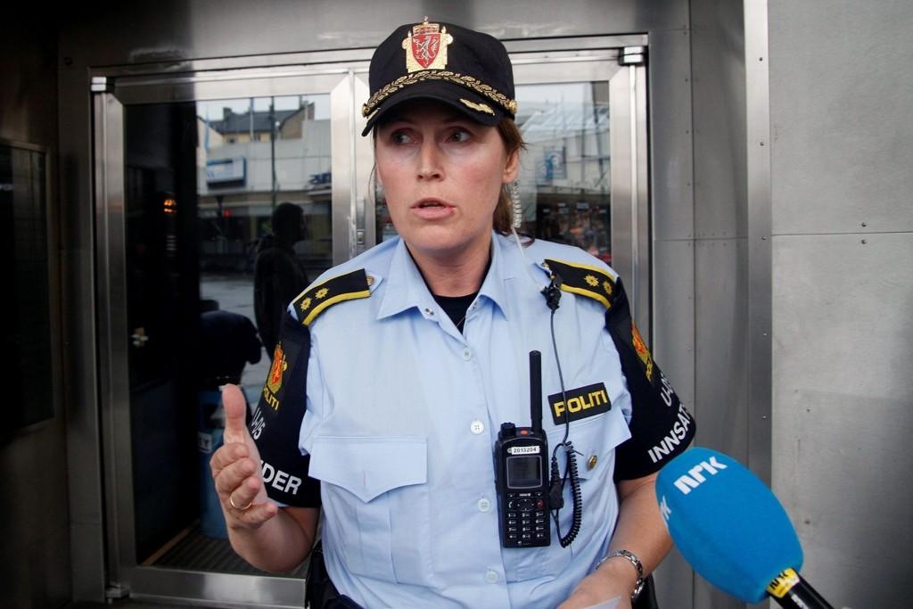 Politiet har nå kontroll på mannen som truet med å skade seg selv med kniv i Utlendingsnemndas lokaler i Oslo sentrum. Innsatsleder Grethe Løland orienterte pressen etter aksjonen.