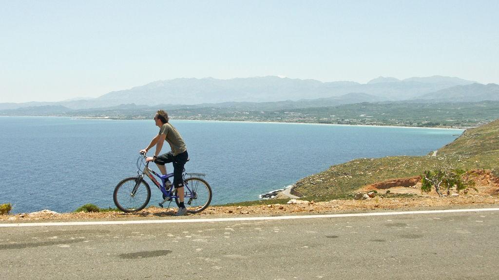 På sykkel kommer du tett på natur, folk og fe.