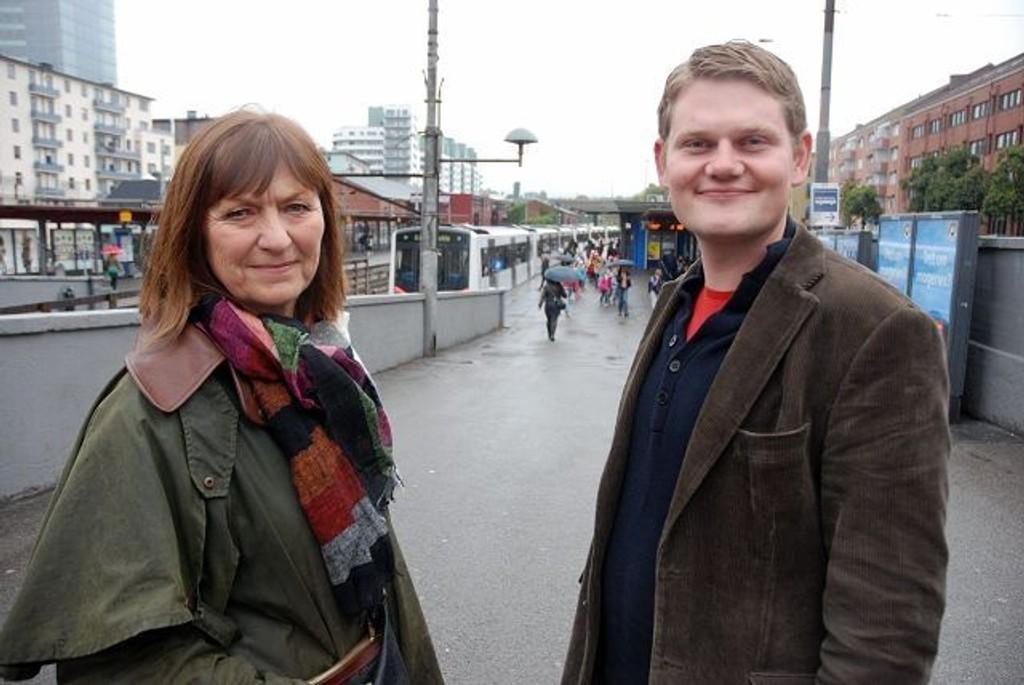 Erna Kahlbom og Andreas Behring fra Sosialistisk ventreparti er lei av å vente på at noe skal skje ved Majorstuen stasjon.