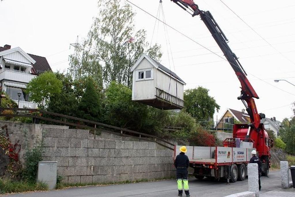 Dette lille, gamle huset kom luftveien til sin nye adresse. Foto: Arne Vidar Jenssen