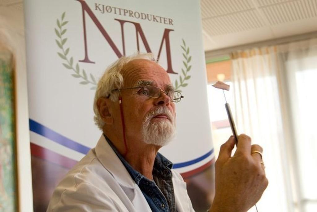 Dommer Rolf Kristiansen vet ikke hvem som står bak produktene han smaker seg gjennom.