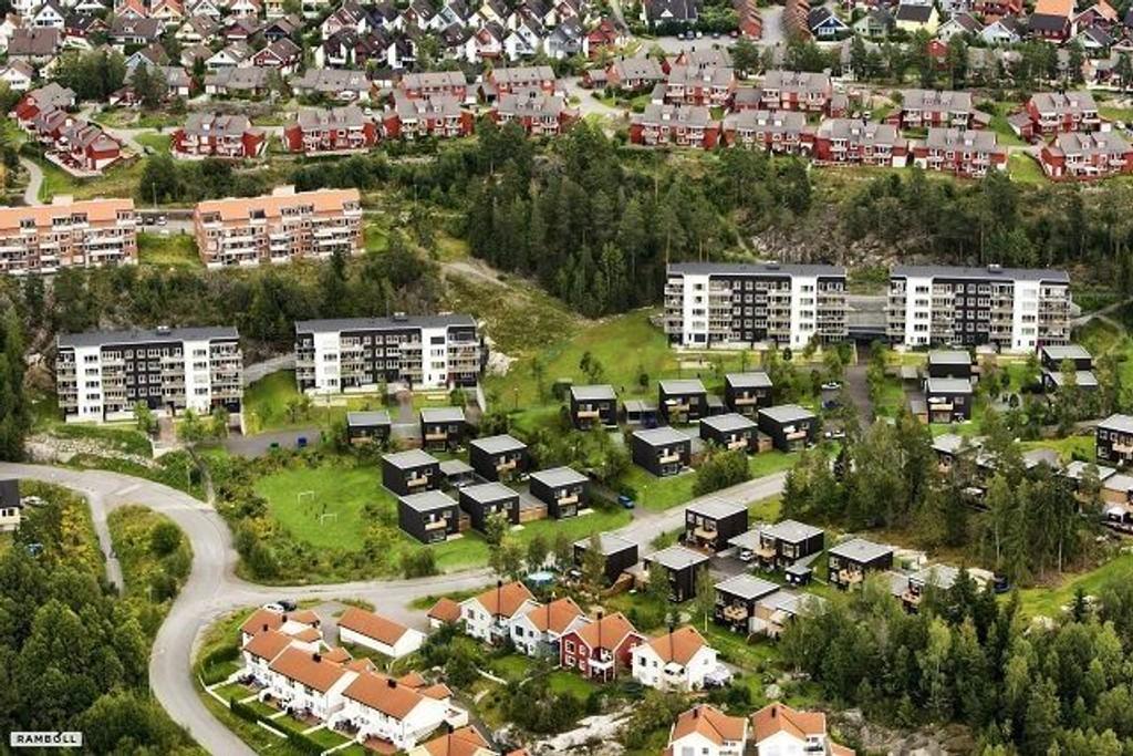 Liv Signe Navarsete stikker spaden i jorda for byggingen av passivhusene på Mortensrud.