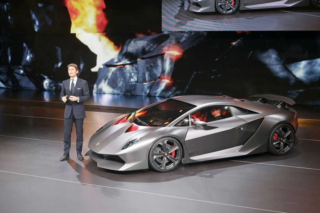 Den nye Lamborghini-en skal greie 0-100 km/t på 2,5 sekunder. Det er like raskt som Bugatti Veyron. Her blir bilen presentert på bilutstillingen i Paris av Stephan Winkelmann, CEO i Automobili Lamborghini SpA.