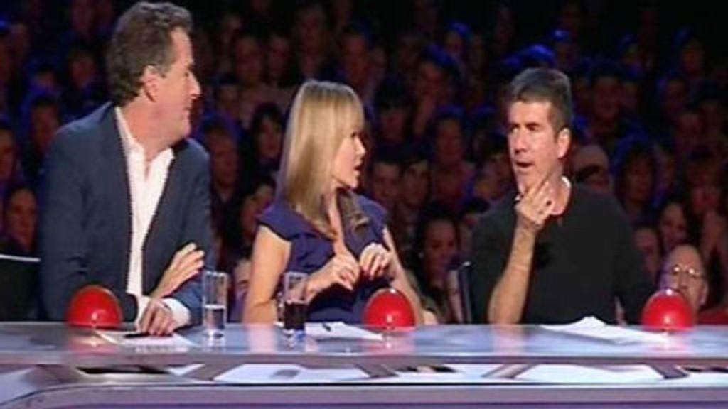 MERKELIG: Pierce Morgan, Amanda Holden og Simon Cowell ble tatt på senga av Greg.