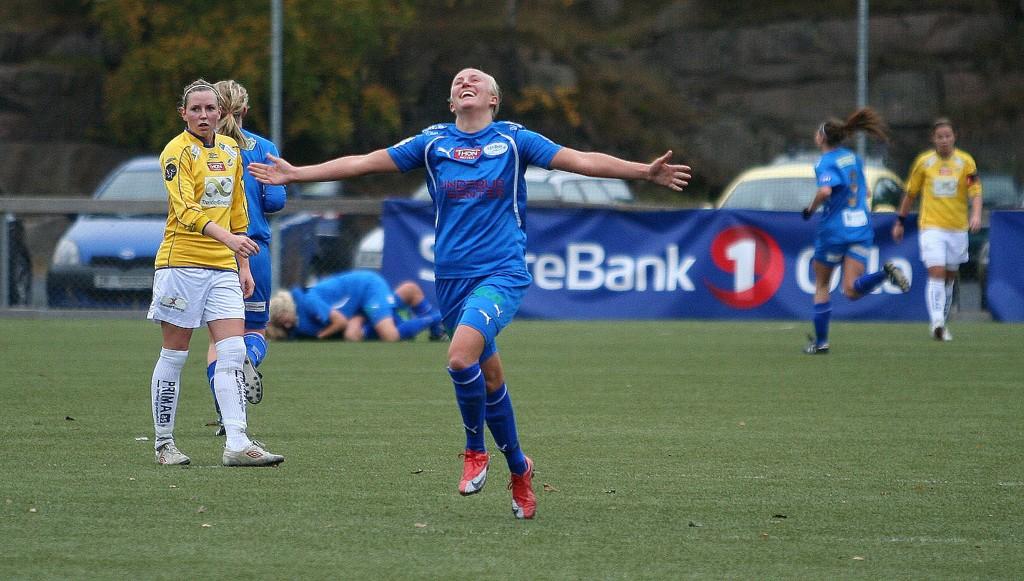 Linderud/Grei og Marlene Young jubler etter at laget tok ledelsen mot Trondheims Ørn - fem minutter senere utlignet gjestene, men uavgjort stod seg kampen ut.
