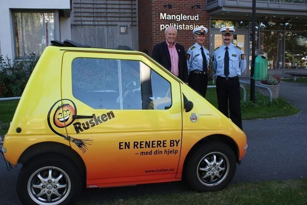 Politiet er kjent for mange og likeledes Rusken. Nå skal det etableres et tettere samarbeid mellom dem. F.v. Rusken-general Jan Hauger, stasjonssjef Gro Smedsrud og Dag Harald Drevsjø, leder av forebyggende avdeling på Manglerud politistasjon.