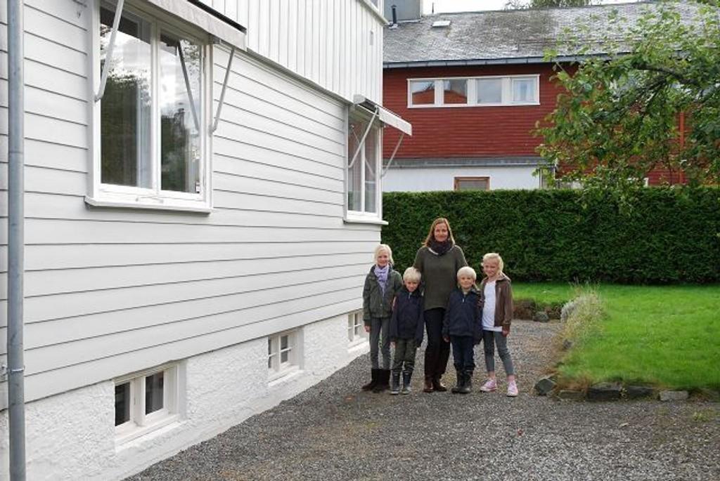 Kathrine Berg Vereide med sine fire barn utgjør bredden på det planlagte tilbygget. Byantikvaren har sagt nei til utvidelse, selv om arkitekten vil videreføre husets arkitektur.