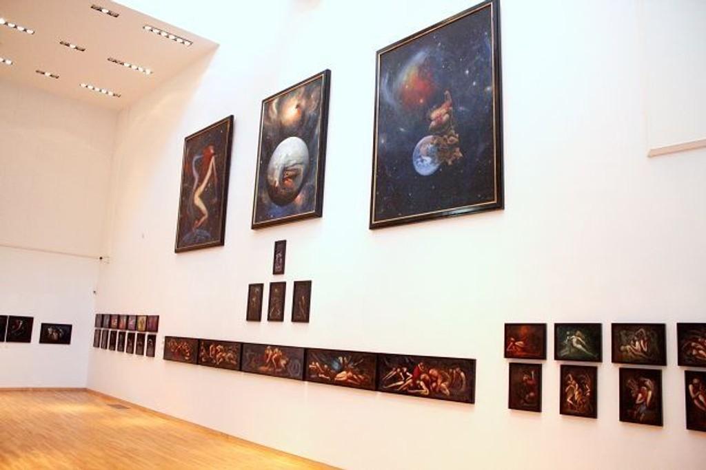Galleri Würth stiller ut malerier av Arne Paus. «Smertedans». Bilder som er et uttrykk for smerte og tanker rundt døden. I tillegg også en serie på 27 tresnitt tilegnet en ungdomsforelskelse.
