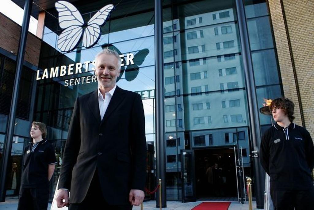 Direktør for Oslo kino, Geir Bergkastet, tok seg tid til å smile til fotografen på den røde løperen før åpningen av Symra kino søndag. – Det har bare vært moro å jobbe med å gjenåpne Symra, sa en strålende fornøyd kinodirektør.