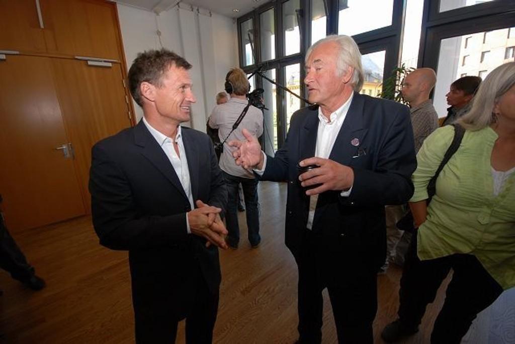 Petter Stordalen er fortsatt like engasjert i slamdumping-saken. Her sammen med Knut Chr. Hallan etter rettssaken.