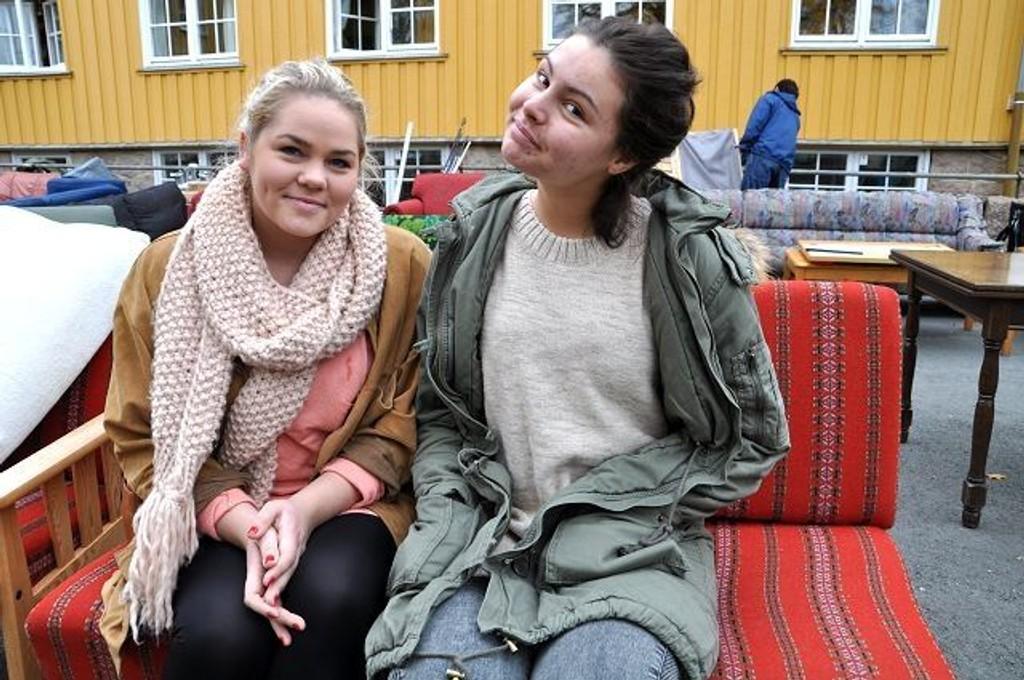 Caroline Rogndalen og Hilja Hippe utenfor Sørkedalen skole. FOTO: ELISABETH C. WANG