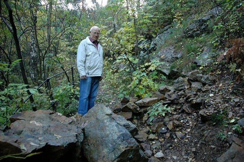 Arne Matre synes det er på tide at Friluftsetaten rydder og sikrer turveien i Svartdalen etter raset for to-tre år siden.