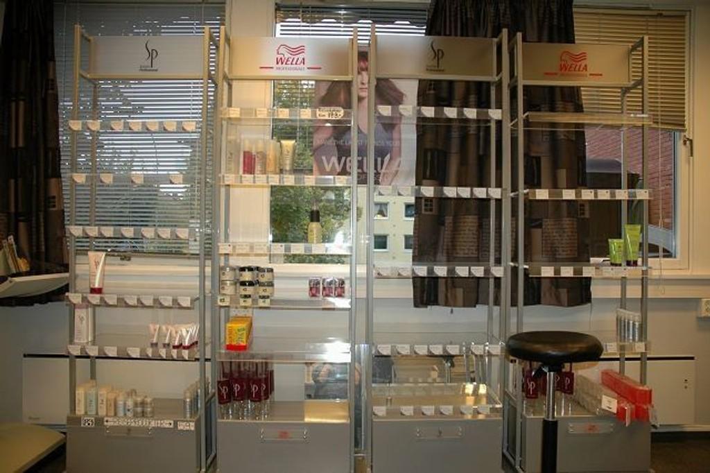 Det var tomt for hårprodukter i hyllene hos MKS Frisør etter innbruddet.