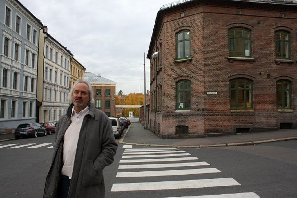BU-nestleder Ulf Granli fra Høyre hilser studenkroen på hjørnet Seilduksgata/ Steenstrups gate velkommen. FOTO: Lars Roar Rud