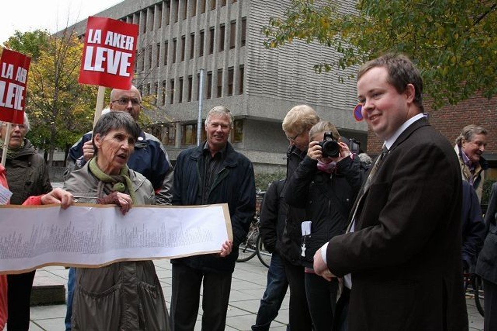 Helseminister Anne Grete Strøm Erichsen mottar torsdag oppropet foran Helsedepartementet.