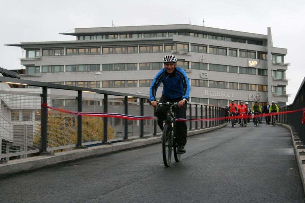 Jens Stoltenberg var førstemann over den nye Lysakerbroen – eller Frank Sætervangs bro – tirsdag. Og slikt vil han ha mer av.