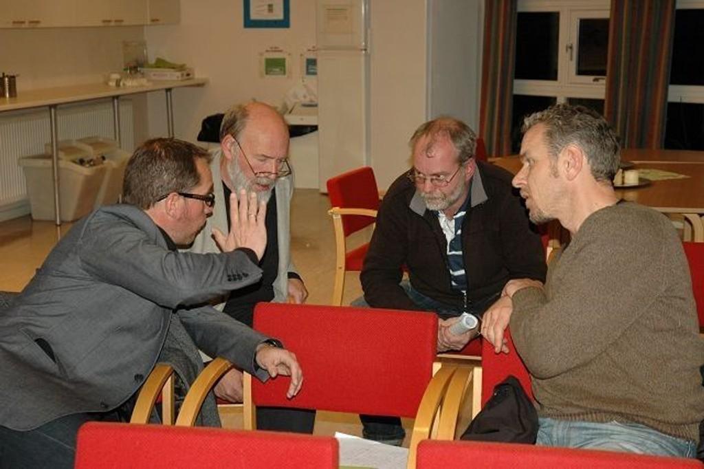 Enige om noe: Det er mange ulike interesser å ivareta når Manglerud Idrettspark skal videreutvikles, men partene er enige om at man må se på en helhetlig løsning. Tom Nyborg (f.v.) fra Manglerud Star, Per Nygaard (SV) fra Østensjø BU, Amund Kveim fra Østensjøvannets Venner og Kjell Roar Kaasa fra Manglerud Star diskuterte ivrig under BU-møtet denne uken. Foto: Nina Schyberg Olsen