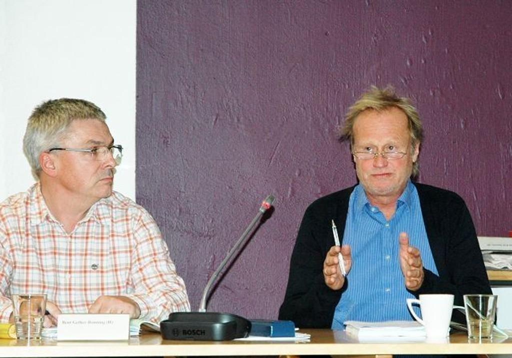 Avdelingsdirektør Preben Winger (t.h.) meddelte BU-leder Bent Gether-Rønning og resten av de folkevalgte, at dersom byrådets forslag til Oslo-budsjettet blir vedtatt, blir utfordringene for Nordre Aker store i 2011. Bydelen har allerede stoppet alle nye innkjøp og ansettelser. Foto: Karl Andreas Kjelstrup
