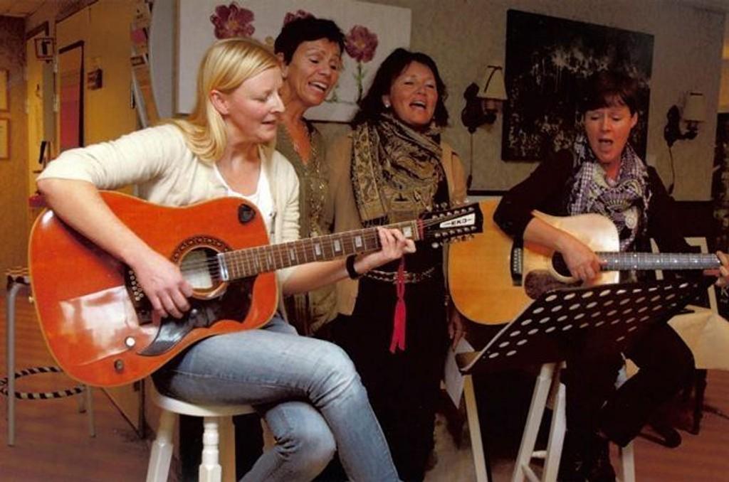 Gitarsøstrene synger og spiller nye og gamle slagere. Søstrene har ulikt arbeid på Bekkelagshjemmet, men de samles i musikken og dette skaper trivsel og glede for beboere og ansatte.