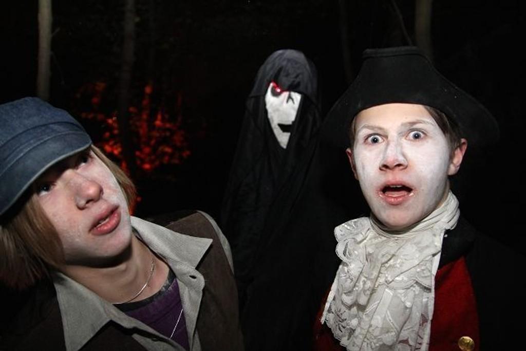 Noen ganger er spøkelsene så skumle at de skremmer seg selv også. Her representert ved Ruben Gulbrandsen, Robin Tonjeson Howard (bak maska) og Syver Weseth. ALLE FOTO: NILS SKUMSVOLL