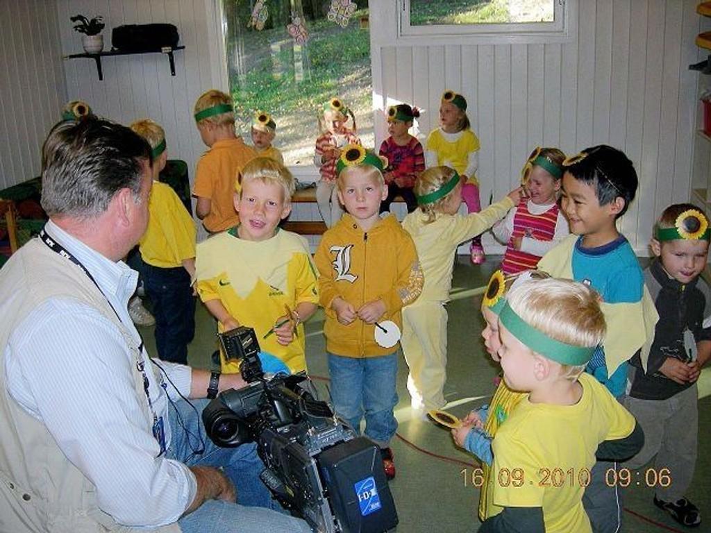Barna i Haugensjordet barnehage er faddere for en barnehage i Hviterussland. I høst fikk de opptre på tv!