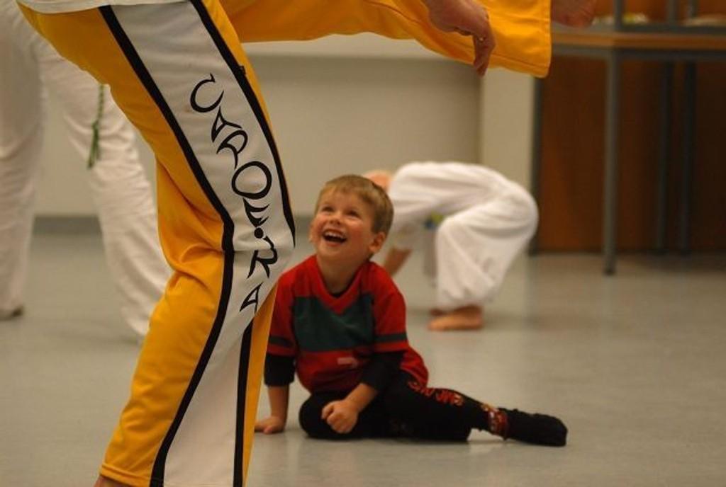Halvard Hrubos-Strøm (4) var med far Harald på Capoeira trening på Hellereud Videregående skole. Faren har drevet med dette i Portugal og Halvard likte veldig godt det han kalte Løvedans.