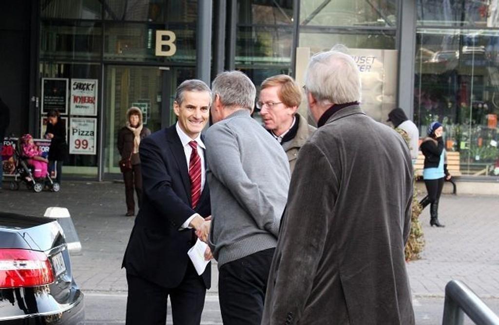 Utenriksminister Jonas Gahr Støre ønskes velkommen til markering av FN-dagen på Furuset av bydelsdirektør Erik Kjeldstadli, BU-leder Knut Røli og Arvid Berg-Hansen.