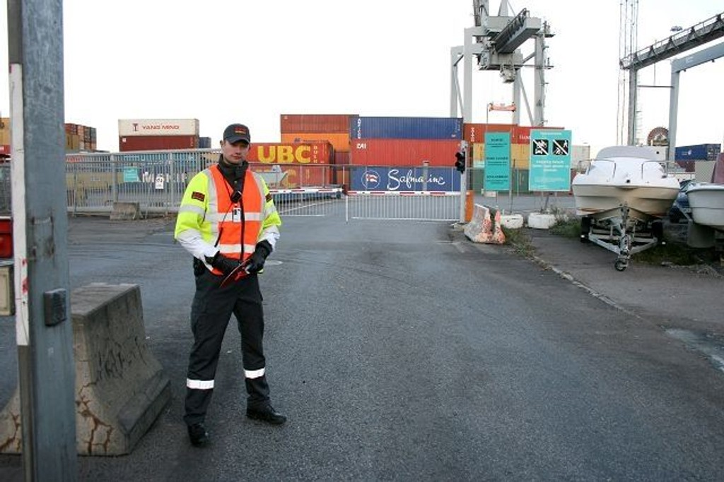 Områdeleder Daniel slipper bussene inn i havna. Så langt har ordningen fungert veldig bra.